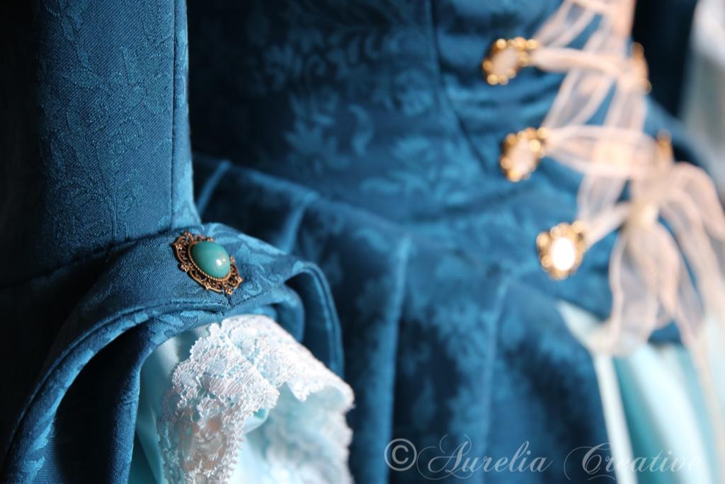 Aurelia Creatives barockes Ballkleid in blau Detailfoto Ärmel