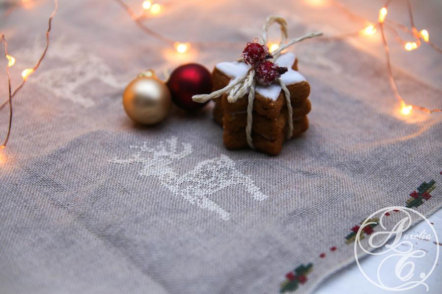 Weihnachtliches Stickmuster für einen Tischläufer