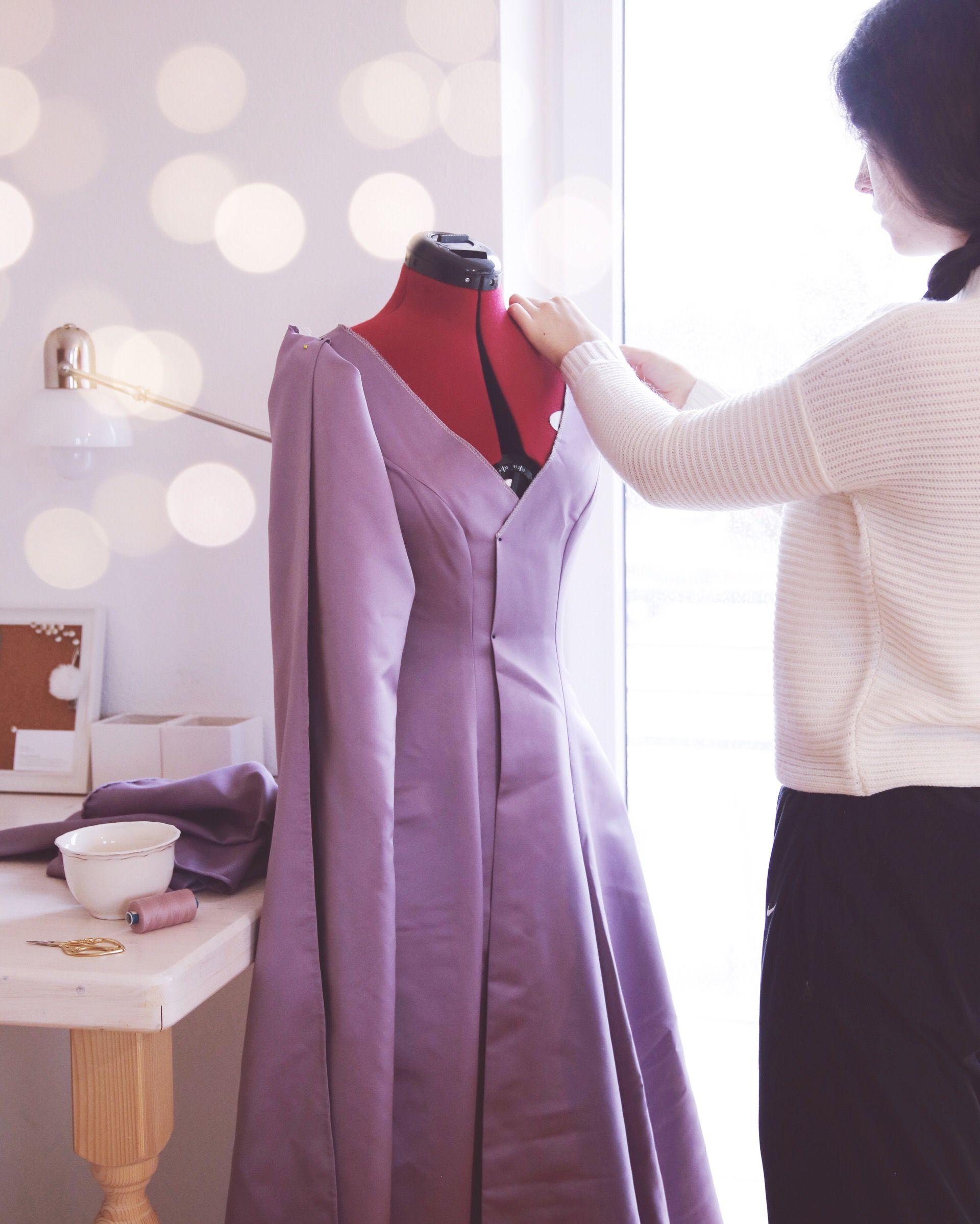 Aurelia Creative steckt die Passform an ihrem Elfen Larp Kleid