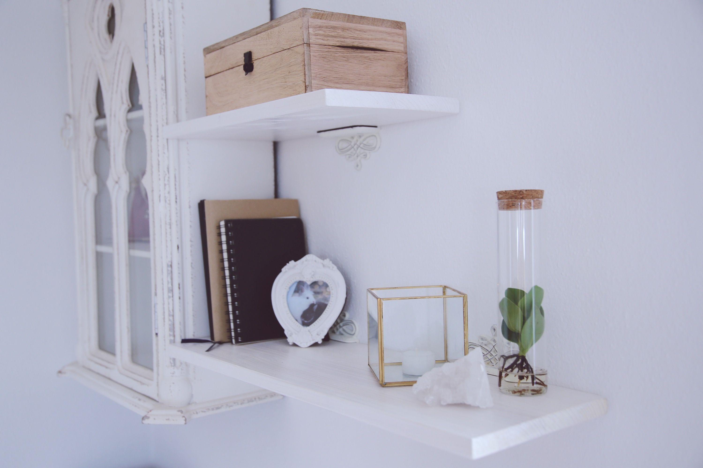 Shelfie meines Regals über meinem Schreibtisch mit Deko und einem Bild meiner Kaninchen.