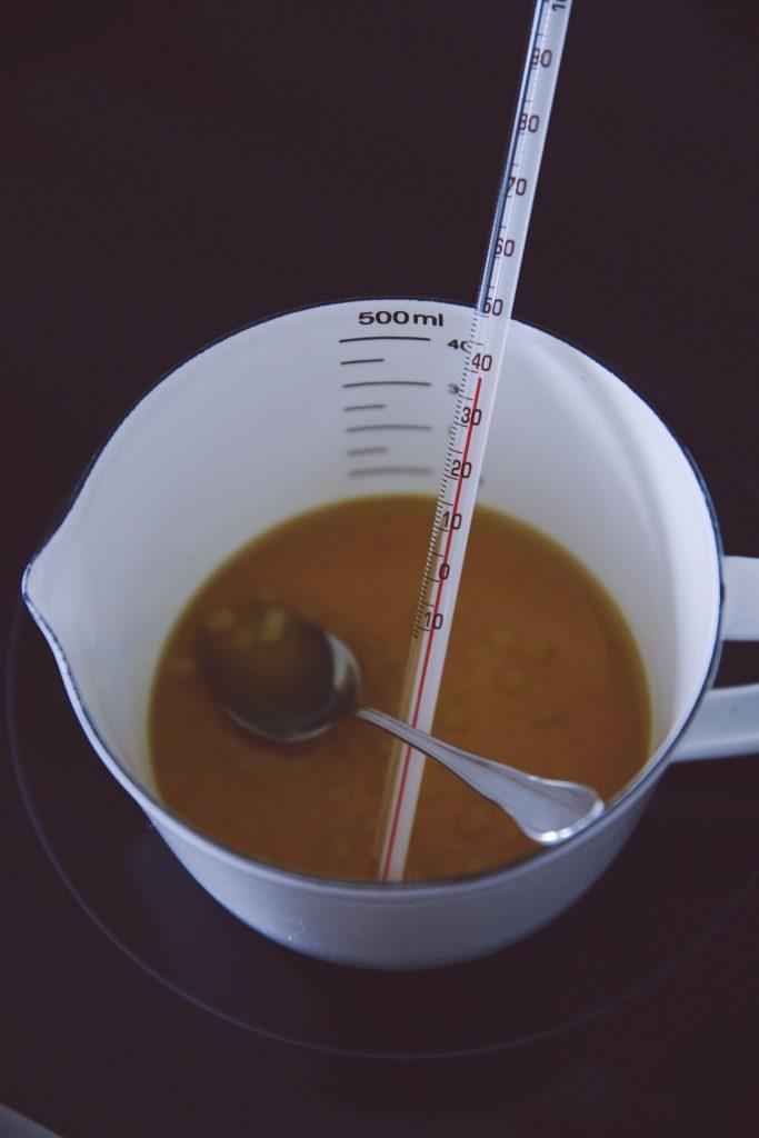 Die Mischung wird bei der richigen Temperatur erhitzt.